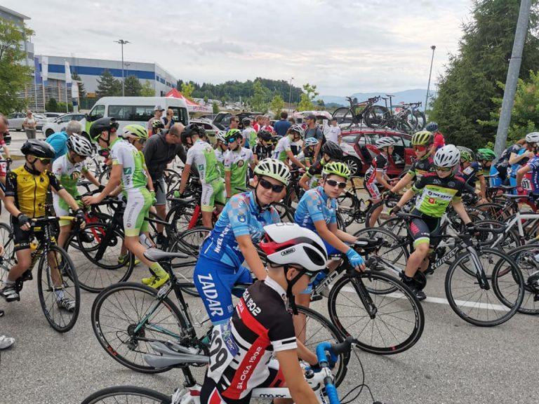 Skupina mladih biciklista na utrci
